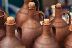 Produtos feitos a mão da argila Frascos para o vinho e o óleo imagens de stock