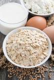 Produtos frescos - farinha de aveia, ovos, requeijão e leite, close up imagens de stock