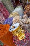 Produtos frescos indicados no mercado do souq da especiaria Imagem de Stock