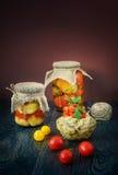Produtos home feitos da beringela roasted nos frascos de vidro fotos de stock