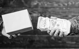 Produtos ilegais da compra Dinheiro e caixa do dinheiro com troca proibida dos bens conceito ilegal do neg?cio Dinheiro do dinhei imagem de stock