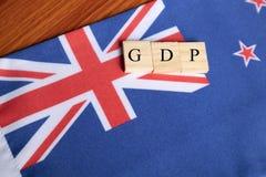Produtos internos ou GDP bruto de Austrália em letras de bloco de madeira na bandeira australiana fotos de stock royalty free
