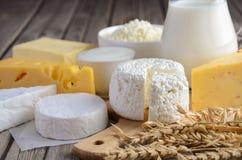 Produtos lácteos frescos Leite, queijo, brie, camembert, manteiga, iogurte, requeijão e ovos na tabela de madeira foto de stock royalty free