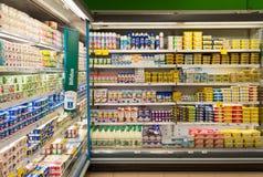 Produtos láteos do supermercado imagem de stock