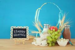 produtos láteos e frutos Símbolos do feriado judaico - Shavuot imagem de stock