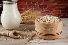 Produtos láteos e trigo frescos no fundo de madeira rústico Conceito da leiteria do cultivo orgânico Fotografia de Stock Royalty Free
