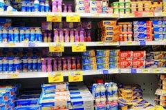 Produtos láteos no supermercado imagem de stock