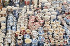Produtos no mercado, produtos coloridos da cerâmica foto de stock royalty free