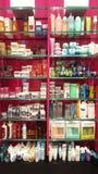 Produtos para a beleza, o cuidado do corpo e a composição perfumes Prateleiras da loja Imagem de Stock Royalty Free