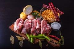Produtos para a preparação da sopa de ervilha com produtos fumado: ervilhas descascadas, cebolas, carne de porco, sal, especiaria fotografia de stock royalty free
