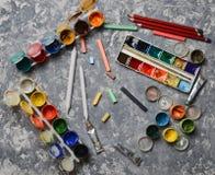 Produtos para tirar em uma tabela concreta O conceito da inspiração para a criação fotos de stock