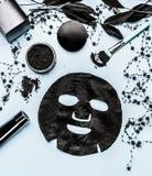 Produtos pretos da máscara e do cosmético da folha que ajustam-se com carvão vegetal ativado, vista superior beleza foto de stock royalty free