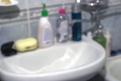 Produtos químicos de agregado familiar em casa no fundo borrado banheiro foto de stock royalty free