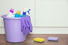 Produtos químicos de agregado familiar para a casa de limpeza em uma cubeta no assoalho imagem de stock royalty free