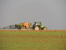 Produtos químicos de pulverização do fazendeiro nos campos fotos de stock royalty free