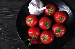 Produtos saborosos e suculentos para a salada da mola e para a preparação de vários pratos fotografia de stock