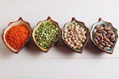 Produtos saudáveis grão-de-bico dos pulsos, lentilha, feijões e ervilhas, v superior imagens de stock royalty free