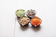 Produtos saudáveis grão-de-bico, lentilha, feijões e ervilhas dos pulsos Fotografia de Stock