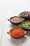 Produtos saudáveis grão-de-bico, lentilha, feijões e ervilhas dos pulsos Fotografia de Stock Royalty Free