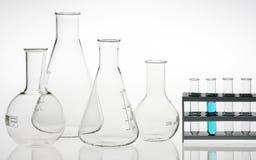 Produtos vidreiros assorted do laboratório de pesquisa imagens de stock royalty free