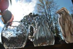 Produtos vidreiros com fundo do céu azul Imagem de Stock