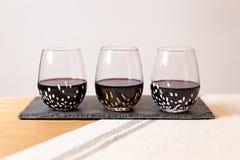 Produtos vidreiros de Baigelman com vinho tinto Fotografia de Stock