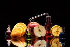 Produtos vidreiros de laboratório com frutas Foto de Stock