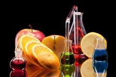 Produtos vidreiros de laboratório com frutas Imagem de Stock
