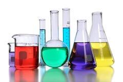 Produtos vidreiros de laboratório com líquidos fotos de stock royalty free