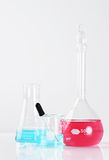 Produtos vidreiros de laboratório com os líquidos verticais Foto de Stock Royalty Free