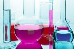Produtos vidreiros de laboratório com produtos químicos Fotografia de Stock Royalty Free