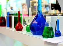 Produtos vidreiros de laboratório flasks imagem de stock