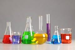 Produtos vidreiros de laboratório na tabela Foto de Stock Royalty Free