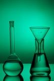 Produtos vidreiros de laboratório no fundo da cor Fotografia de Stock