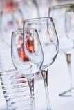 Produtos vidreiros na tabela Imagens de Stock