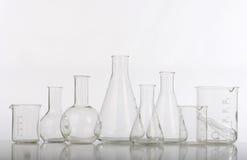 Produtos vidreiros no laboratório fotografia de stock