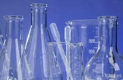 Produtos vidreiros no laboratório fotos de stock