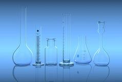 Produtos vidreiros no laboratório no backg azul Foto de Stock