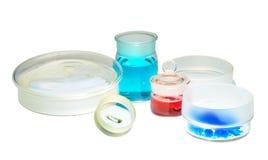 Produtos vidreiros químicos, pesando garrafas com produtos químicos imagem de stock royalty free