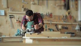 Produttore dei prodotti del legno nell'officina di carpenteria archivi video