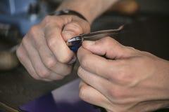 Produttore di cuoio con la cucitura pratica del taglio del coltello su cuoio Immagini Stock Libere da Diritti