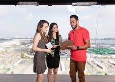 Produttore televisivo e relatori femminili allo studio della TV fotografie stock libere da diritti