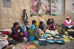 Produzca a los vendedores en el mercado de sábado en Otavalo Fotos de archivo