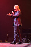 Produzent Viktor Drobysh, der mit dem Mikrofon auf Stadium während des Jahr-Geburtstagskonzerts Viktor Drobyshs 50. bei Barclay C Lizenzfreie Stockfotos