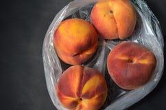 Produzieren frischer Baum gereifte Pfirsiche im Plastikgemischtwarenladen Tasche Lizenzfreies Stockfoto