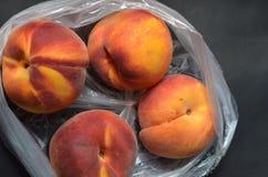 Produzieren frischer Baum gereifte Pfirsiche im Plastikgemischtwarenladen Tasche Lizenzfreies Stockbild