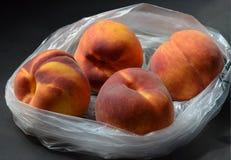 Produzieren frischer Baum gereifte Pfirsiche im Plastikgemischtwarenladen Tasche Stockbild