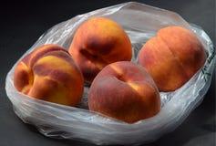 Produzieren frischer Baum gereifte Pfirsiche im Plastikgemischtwarenladen Tasche Stockfotografie