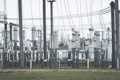 Produzione ad alta tensione di energia elettrica e sottostazione elettrica Fotografia Stock Libera da Diritti