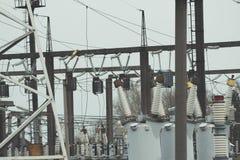 Produzione ad alta tensione di energia elettrica e sottostazione elettrica Immagini Stock